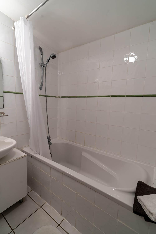 Salle de bains de la chambre L'Estuaire à la closerie du chêne bleu Location de chambres d'hôtes près de bordeaux