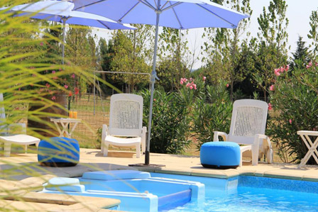 Parasol et transat au bord de la piscine à La Closerie du Chêne Bleu, location de chambres d'hôtes près de Bordeaux